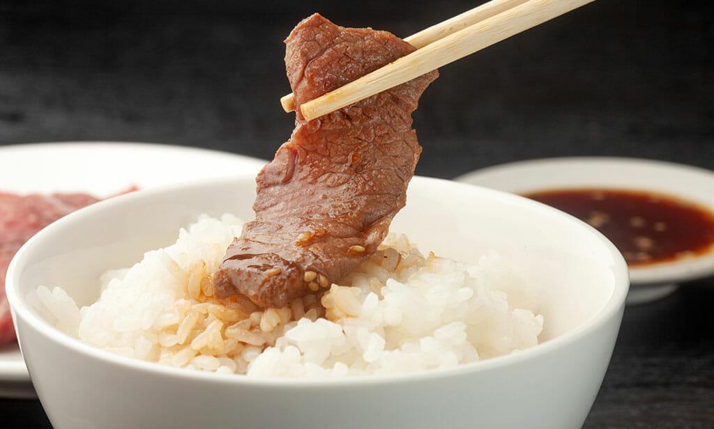 美味しいお米に焼肉をバウンドさせて